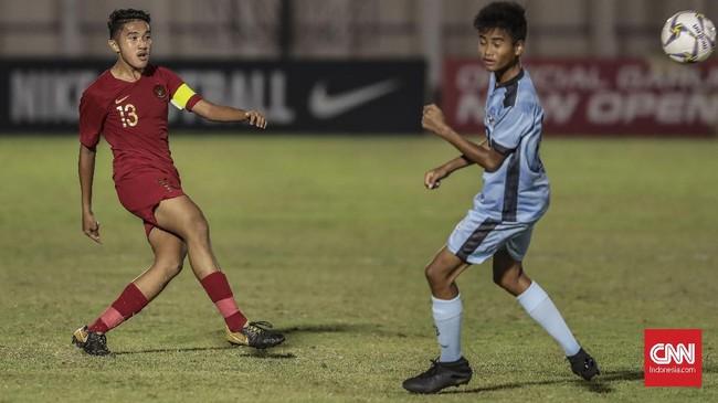 Kapten Timnas Indonesia U-16 Marcell Januar Putra melepaskan tendangan. Indonesia menutup laga melawan Kepulauan Mariana Utara dengan kemenangan 15-1. (CNN Indonesia/Bisma Septalisma)