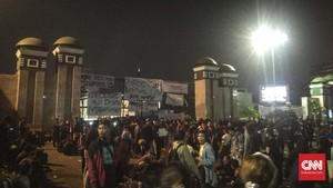 Demo Mahasiswa di Gedung DPR Ricuh, Massa Berusaha Tutup Tol
