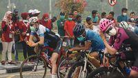 Riau Diselimuti Asap, Pebalap Tour de Siak Kenakan Masker Saat Gowes