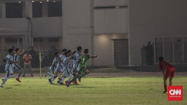 Para pemain Kepulauan Mariana Utara merayakan satu-satunya gol balasan ke gawang kiper Timnas Indonesia U-16 Putra Kaicen. Pelatih Bima Sakti kesal skuatnya kebobolan satu gol. (CNN Indonesia/Bisma Septalisma)