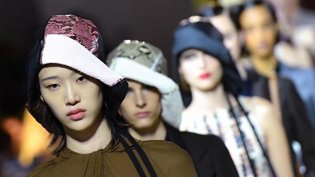 """Kali ini konsep fashion yang diusungnya adalah 'baju turunan.' Seperti kata Prada, """"ini adalah gaya pribadi (orang)."""" (Tiziana FABI / AFP)"""