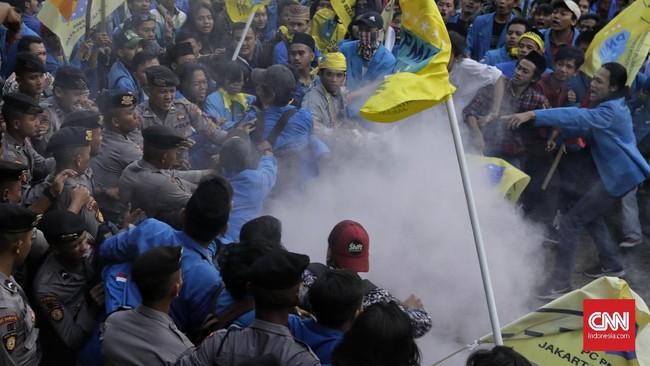 Polisi juga sempat mengamankan tiga orang dari massa PMII setelah melihat sejumlah pedemo menaiki tembok bangunan bertuliskan 'Komisi Pemberantasan Korupsi'. (CNN Indonesia / Adhi Wicaksono).