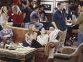 Mengenang 8 Benda Ikonis 'Friends', Sofa hingga Bingkai Emas