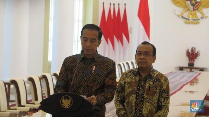 Presiden Joko Widodo (Jokowi) memberikan keterangan pers di RSPAD Gatot Subroto usai menjenguk Menkopolhukam Wiranto.
