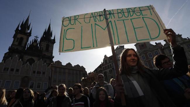 Pada Mei lalu, sebanyak 1,4 juta anak-anak di seluruh dunia melakukan hal serupa Thunberg sebagai bentuk solidaritas. (AP Photo/Petr David Josek)