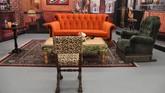 Sofa oranye diatur seperti di Central Perk. Di sini, banyak kejadian diceritakan dan rahasia dibagi di 10 tahun penayangan serial Friends. (Photo by Angela Weiss / AFP)