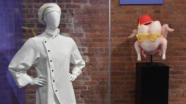 Kostum chef dan kalkun yang akan langsung mengingatkan penggemar pada karakter Monica Geller (diperankan oleh Courteney Cox) turut dipajang. (Photo by Angela Weiss / AFP)