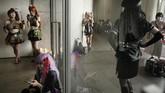 Peminat cosplay (kostum) melihat ponsel pintar mereka di koridor, saat beristirahat di sela acara Tokyo Game Show di China, dekat Tokyo, Jepang. (AP/Jae C. Hong)