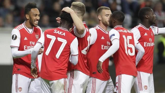 Para pemain Arsenal merayakan kemenangan atas Eintracht Frankfurt. The Gunners kini memuncaki klasemen Grup F Liga Europa. (AP Photo/Michael Probst)