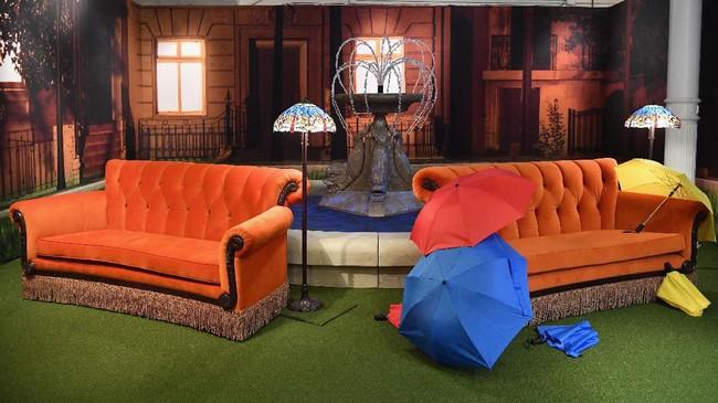 Sofa oranye yang menjadi spot andalan keenam sahabat dalam Friends tentu tak boleh dilupakan. Sofa ini menjadi salah satu properti di Central Perk, kafe fiktif dalam cerita. (Photo by Angela Weiss / AFP)