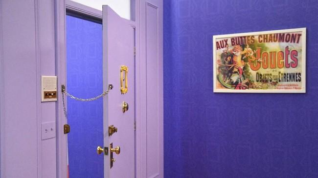 Pintu, bingkai foto emas yang digantung sebagai dekor, dan poster ditata sedemikian rupa layaknya apartemen yang juga kerap jadi tempat berkumpul para karakter Friends. (Photo by Angela Weiss / AFP)