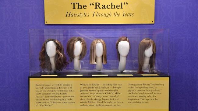 Koleksi berbagai rambut palsu yang pernah dikenakan Jennifer Aniston sebagai pemeran Rachel Green. (Photo by Angela Weiss / AFP)