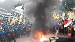 VIDEO: Massa PMII Bakar Ban di Depan Gedung KPK