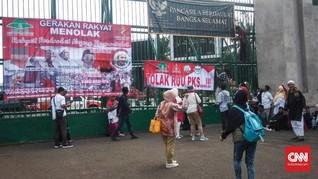 Demo Tolak RUU PKS, Puluhan Emak-emak Mulai Datangi DPR