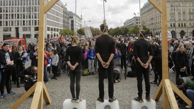 Gerakan ini pertama kali terinspirasi dari seorang pelajar sekaligus aktivis cilik asal Swedia, Greta Thunberg. Ia mulai menggelar