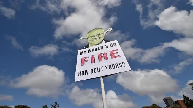 Aksi itu dilakukan menjelang KTT Perubahan Iklim yang digelar Perserikatan Bangsa-Bangsa (PBB). (Photo by PETER PARKS / AFP)