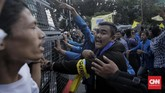Massa dari PMII sempat melantunkan selawat. Namun situasi tidak terkontrol dengan baik. Salah satu petugas polisi bahkan menaiki mobil komando untuk menenangkan demonstrasi. (CNN Indonesia / Adhi Wicaksono).
