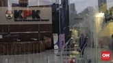 Juru bicara KPK Febri Diansyah merespons pedemoyang menuntut Agus Rahardjo Cs mundur. Kata Febri, sebelum ada keputusan dari Presiden Jokowi, Agus Rahardjo Cs tetap sah mengambil semua kebijakan di tubuh KPK. (CNN Indonesia / Adhi Wicaksono).