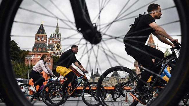 Parapeserta festivalsepeda melewati Red Square di pusat Moskow. (AFP/Alexander Nemenov)
