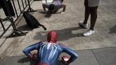 Seorang pria berkostum Spider-man melakukan push-up di Tokyo Game Show, di Chiba, dekat Tokyo, Jepang. (AP/Jae C. Hong)