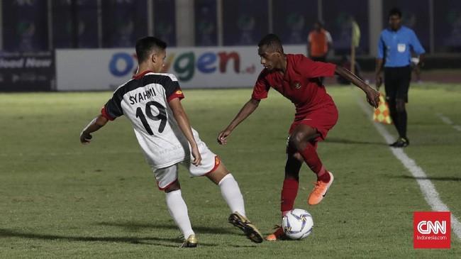 Timnas Indonesia U-16 tampil dominan saat menghadapi Brunei. Alexandro Kamaru jadi salah satu pemain yang bikin kerepotan lini belakang Brunei. (CNNIndonesia/Safir Makki)