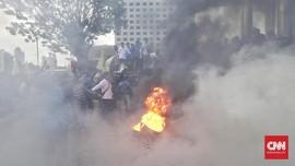 Massa Demo di KPK Ricuh, Sejumlah Benda Dibakar