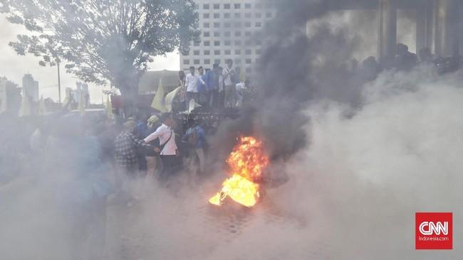 Dalam demonstrasi itu massa dari PMII menyuarakan ketidakpuasan terhadap kerja KPK di bawah Ketua Agus Rahardjo. Massa menuntut Agus Rahardjo cs mundur dari jabatannya. Awalnya, massa melempar telur ke Gedung KPK. (CNN Indonesia / Adhi Wicaksono).