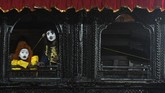 Seniman muda Nepal dengan riasan wajah melihat keluar jendela sebelum tampil dalam lakon yang berdasar pada legenda Hindu di Basantapur Square, dalam rangkaian Festival Hindu 'Indra Jatra' di Kathmandu. (AFP/Prakash Mathema)