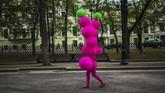 Pemain sirkus berjalan di sebuah taman di pusat Kota Moskow. (AFP/Dimitar Dilkoff)