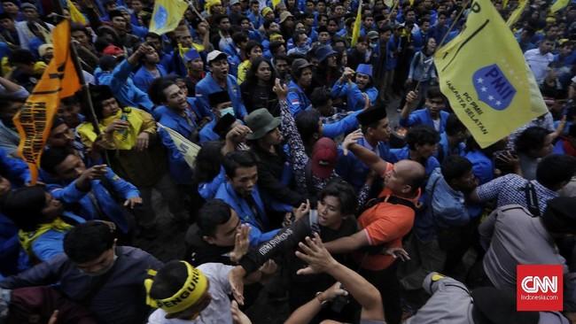 Unjuk rasa yang digelar massa dari Pengurus Besar Pergerakan Mahasiswa Islam Indonesia (PB PMII)di depan Gedung Merah Putih, KPK, Jumat (20/9), diwarnai bentrokan dengan polisi. (CNN Indonesia / Adhi Wicaksono).