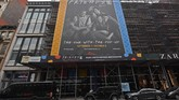 Papan iklan bergambar Friends ditampilkan di Kota New York pada 5 September 2019 sebagai perayaan 25 tahun sejak penayangan perdana. (Photo by Angela Weiss / AFP)