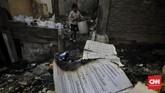Ketua RW Dwi Lestari mendapat kesaksian bahwapemicu kebakaran adalahponsel yang meledak saat sedang dicas dari salah satu rumahdi RT 04 RW 01 Rawabunga. (CNNIndonesia/ Adhi Wicaksono)