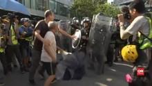 VIDEO: Kakek Pukuli Polisi Hong Kong dengan Payung