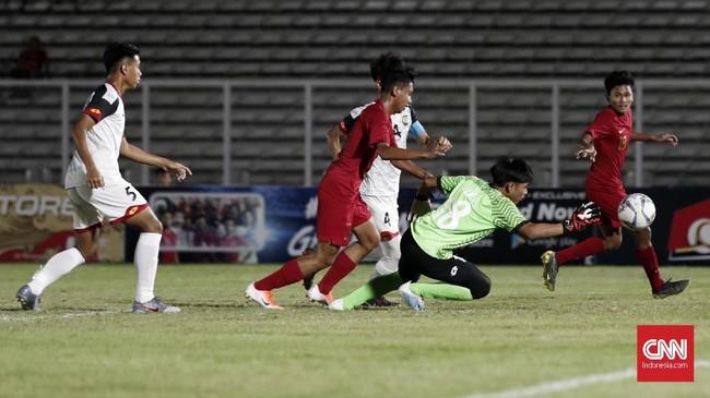Setelah unggul 2-0 di babak pertama, Timnas Indonesia U-16 tampil lebih agresif di babak kedua dan berhasil mencetak enam gol tambahan. (CNNIndonesia/Safir Makki)