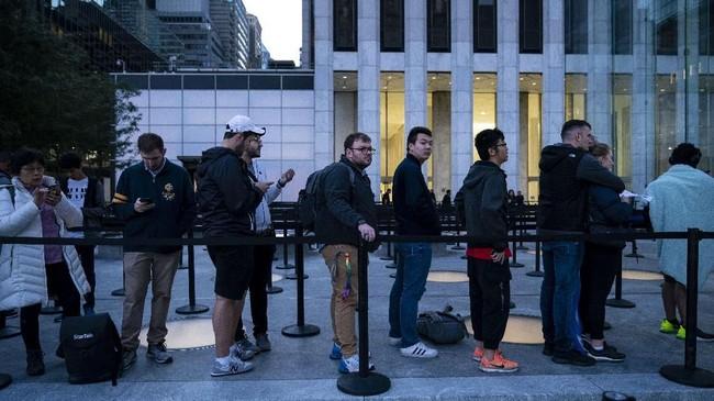 Calon konsumenmengular di depan toko Apple di 5th Avenue, New York, AS,di hari pertama penjualan iPhone 11 secara resmi, Jumat (20/9). (Drew Angerer/Getty Images/AFP)