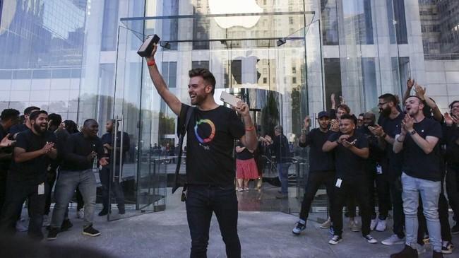 Pembeli pertama iPhone 11, Ryan Romero, membanggakan dirinyasetelah mengantre di toko Apple sejak Kamis (19/9) pukul 18.00 waktu setempat dan bermalam di dalam tenda. (Kena Betancur / AFP).