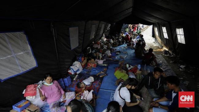 Sebanyak 380 jiwa di Rawabunga dan 125 jiwa warga Balimester diungsikan akibat kebakaran, dengan27 orang di antaranya masih balita danpelajar. (CNNIndonesia/ Adhi Wicaksono)