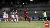 Skenario umpan silang jadi salah satu strategi mematikan untuk menembus pertahanan rapat Brunei yang menumpuk pemain di kotak penalti. (CNNIndonesia/Safir Makki)