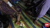 Warga mengaku masih membutuhkan bantuan berupa tenda pengungsian dan kebutuhan dasar karena keterbatasan bangunan yang dijadikan pengungsian, seperti masjid dan kantor kelurahan. (CNNIndonesia/ Adhi Wicaksono)