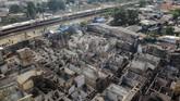Foto udara rumah-rumah yang terbakar di kawasan Balimester, Jatinegara, Jakarta, Sabtu (21/9/2019). (ANTARA FOTO/Galih Pradipta)