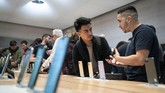 Pasalnya, konsumen kali ini bisamemesaniPhone 11 lebih dulu tanpa harus menunjukkan dirinya di toko. (Drew Angerer/Getty Images/AFP)