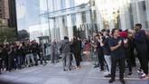 CEO Apple Tim Cookhadir dalampenjualanperdana iPhone 11 itu sekaligus membuka toko Apple di New Yorkyang direnovasi sejak 2017 itu. (Kena Betancur / AFP)