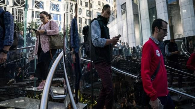 Merujuk pada harga di Singapura, yang termurah dari varian iPhone 11 mencapai1.149 dolar Singapura atau sekitar Rp11,7 juta, yakni untuk varian dengan kapasitas memori 64 GB.(Drew Angerer/Getty Images/AFP)