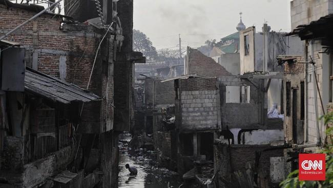 Sejumlahbangunan semipermanen di lokasi kebakaran disebut memudahkan api merambat karena faktor bahan bangunannya serta kerapatan jarakantar-rumah. (CNNIndonesia/ Adhi Wicaksono)