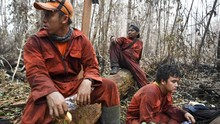 FOTO: Mereka yang Berjuang Padamkan Api di Tengah Kabut Asap