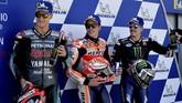 Marc Marquez (tengah), Fabio Quartararo (kiri) dan Maverick Vinales merayakan start dari barisan terdepan usai kualifikasi MotoGP Aragon 2019. (JOSE JORDAN / AFP)