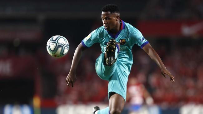 Wonderkid Barcelona, Anssumane Fati, dimasukkan oleh pelatih Ernesto Valverde di awal babak kedua walau kehadirannya tidak banyak membantu mengangkat permainan tim saat kalah dari Granada. (AP Photo/Miguel Morenatti)