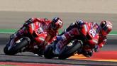 Pebalap Ducati Andrea Dovizioso (kanan) terpuruk di babak kualifikasi MotoGP Aragon 2019 dan harus start dari posisi sepuluh. (JOSE JORDAN / AFP)