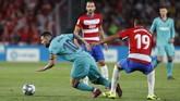 Lionel Messi yang baru masuk di babak kedua tidak bisa menunjukkan magisnya untuk membantu tim membalikkan keadaan dalam laga yang berkesudahan 2-0 untuk kemenangan Granada. (AP Photo/Miguel Morenatti)