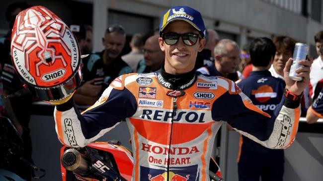 Marc Marquez merayakan pole MotoGP Aragon 2019. Ini adalah kali kesembilan Marquez merebut pole di MotoGP 2019. (JOSE JORDAN / AFP)